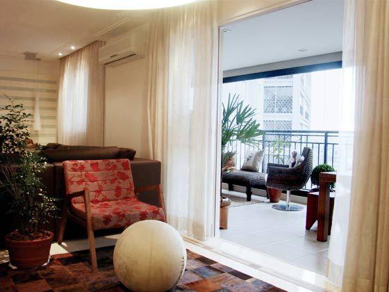 Para livings integrados com terraços utilize cortinas com tecido bem leve e transparente.