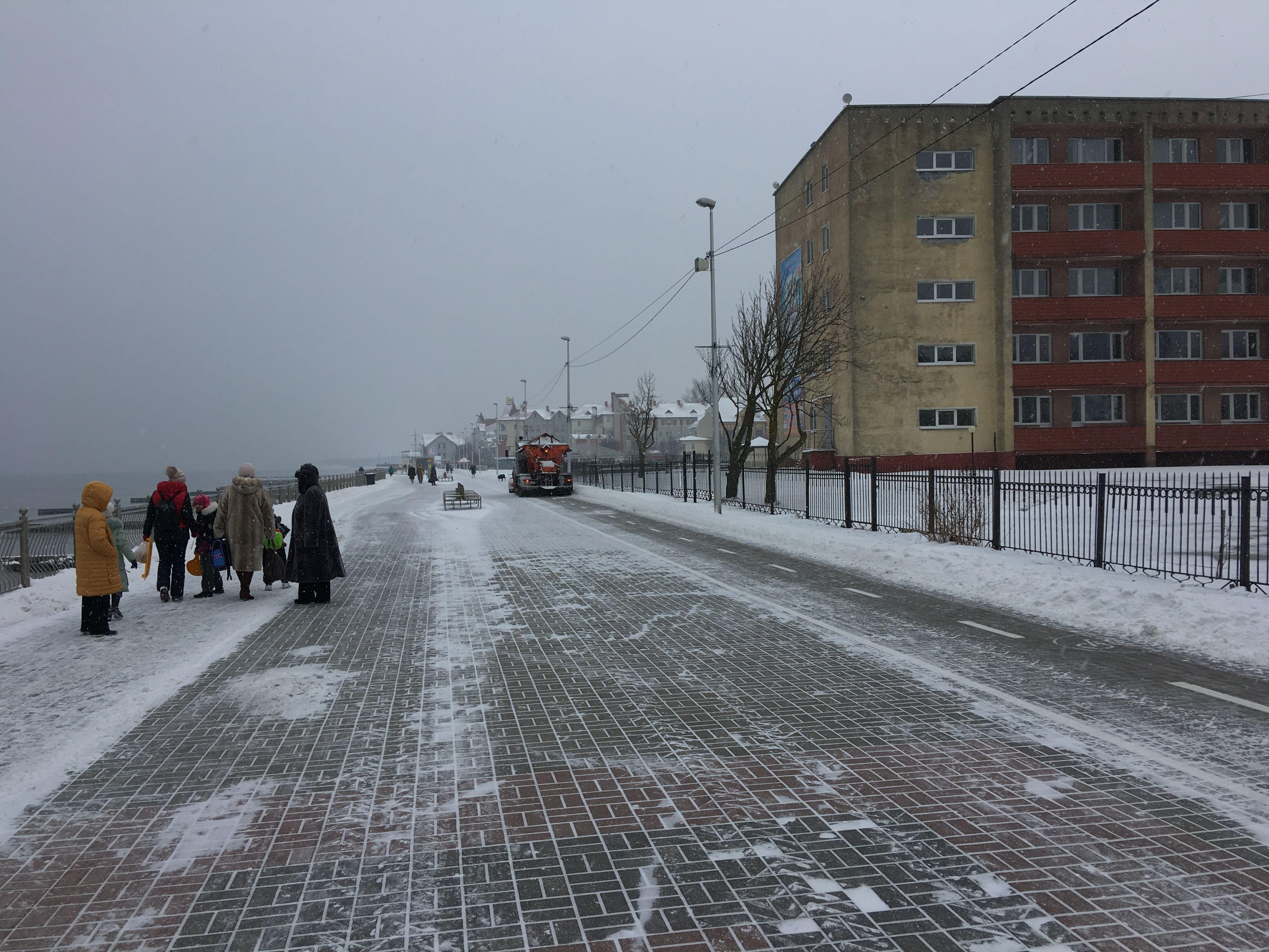 Уборка променада в снегопад. Фото: Vladimir Shveda