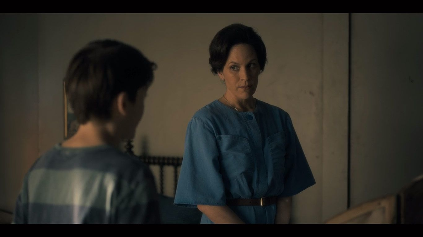 Paxton Singleton As Young Steven Annabeth Gish As Mrs Dudley In Season 1 Episode 8 Of The Haunting Of Hill House Source Netflix In 2019 House On A Hill Movie Scripts Fandoms