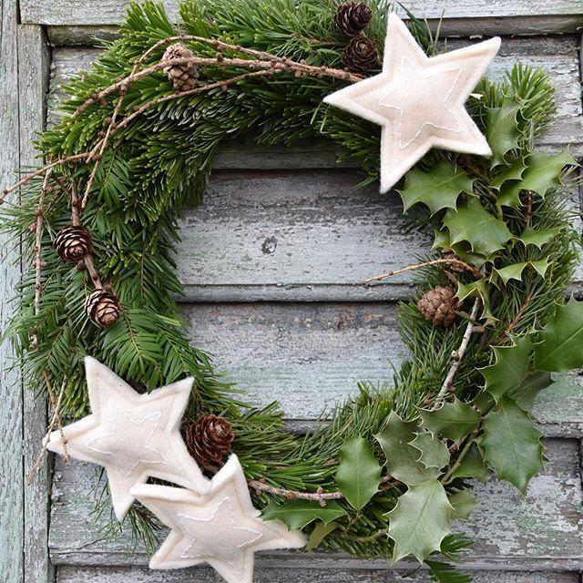 Photo of Der Kranz aus dem gesammelten Naturmaterial hängt jetzt vor der Haustür … # t … – Vánoce – Candy Cane