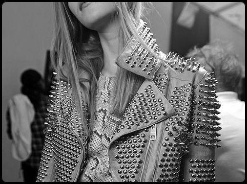 Jaqueta de couro com spikes http://vilamulher.terra.com.br/a-invasao-dos-spikes-14-1-32-2564.html Foto: Foto Diário da Moda in