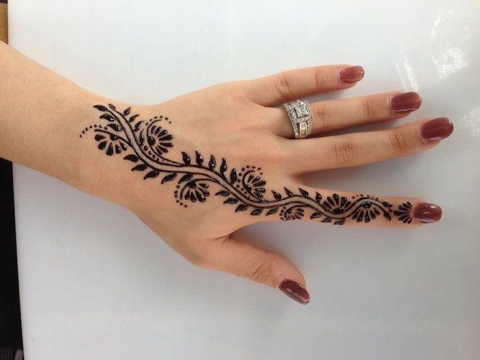 kleine #Zeichnung #henna #schwarz #auf #der #Fingerhand #finger