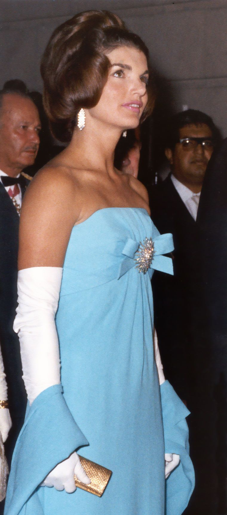 Jackie Kennedy in azure blue silk crepe Oleg Cassini dressed for a Foreign Ministry Reception in Mexico City June 29, 1962. Love the hair. The whole ensemble is effortless perfection. On a serious note... Jacqueline Bouvier Kennedy played a historic role during the Kennedy administration—in restoring the White House, supporting the arts, promoting historic preservation.