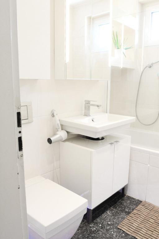 badezimmer in weiß mit braumelierten fliesen. wohnung in köln, Badezimmer