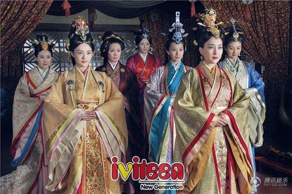 """Dàn hậu cung hùng hậu trong """"Mị Nguyệt Truyện"""" cạnh Tôn Lệ - http://www.iviteen.com/dan-hau-cung-hung-hau-trong-mi-nguyet-truyen-canh-ton-le/  """"Mị Nguyệt Truyện"""" quy tụ dàn mỹ nữ hùng hậu như Tôn Lệ, Lưu Đào, Mã Tô, Tưởng Hân… dự đoán sẽ gây bão cuối năm nay.    Vào cuối tháng 11 này, màn ảnh nhỏ xứ Trung sẽ trở nên nóng hơn bao giờ hết bởi sự trở lại của nàng """"Chân Hoàn&"""
