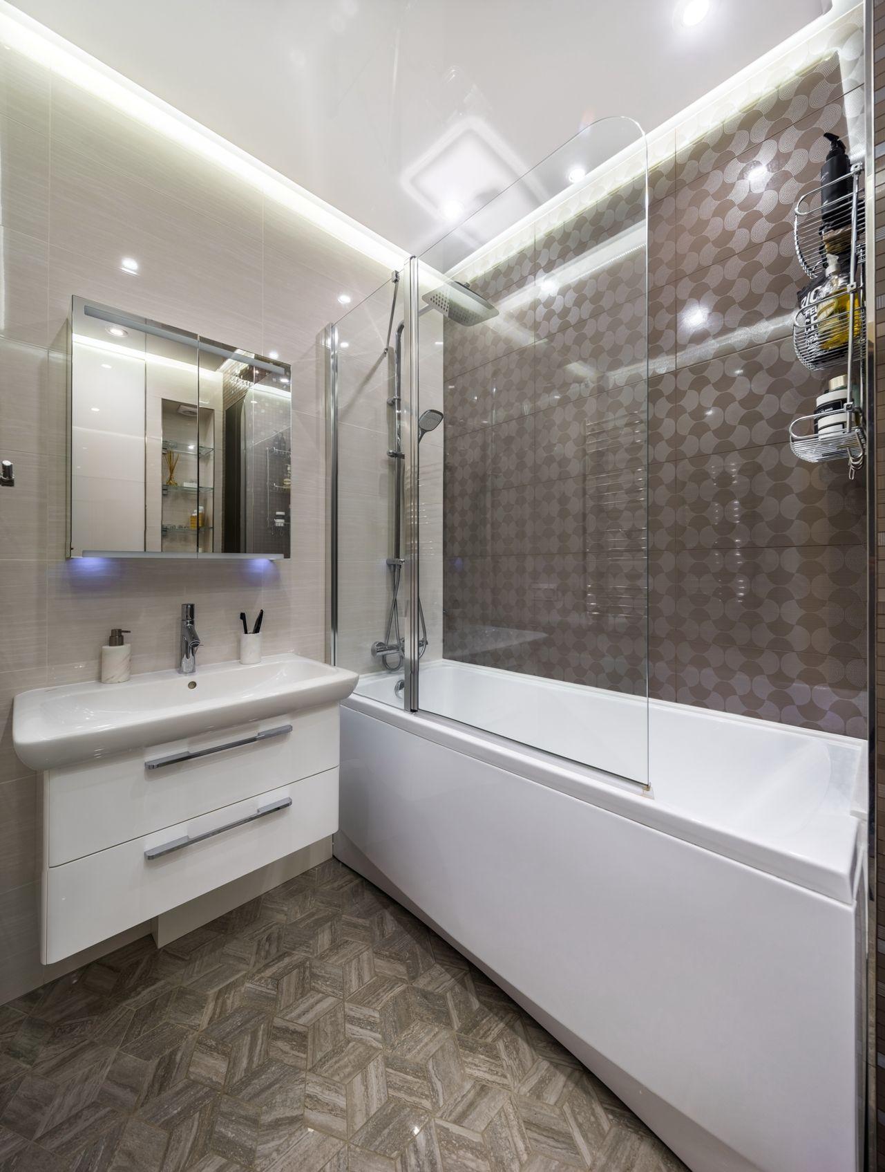 современная ванная комната коричневая плитка паркет белая ванна