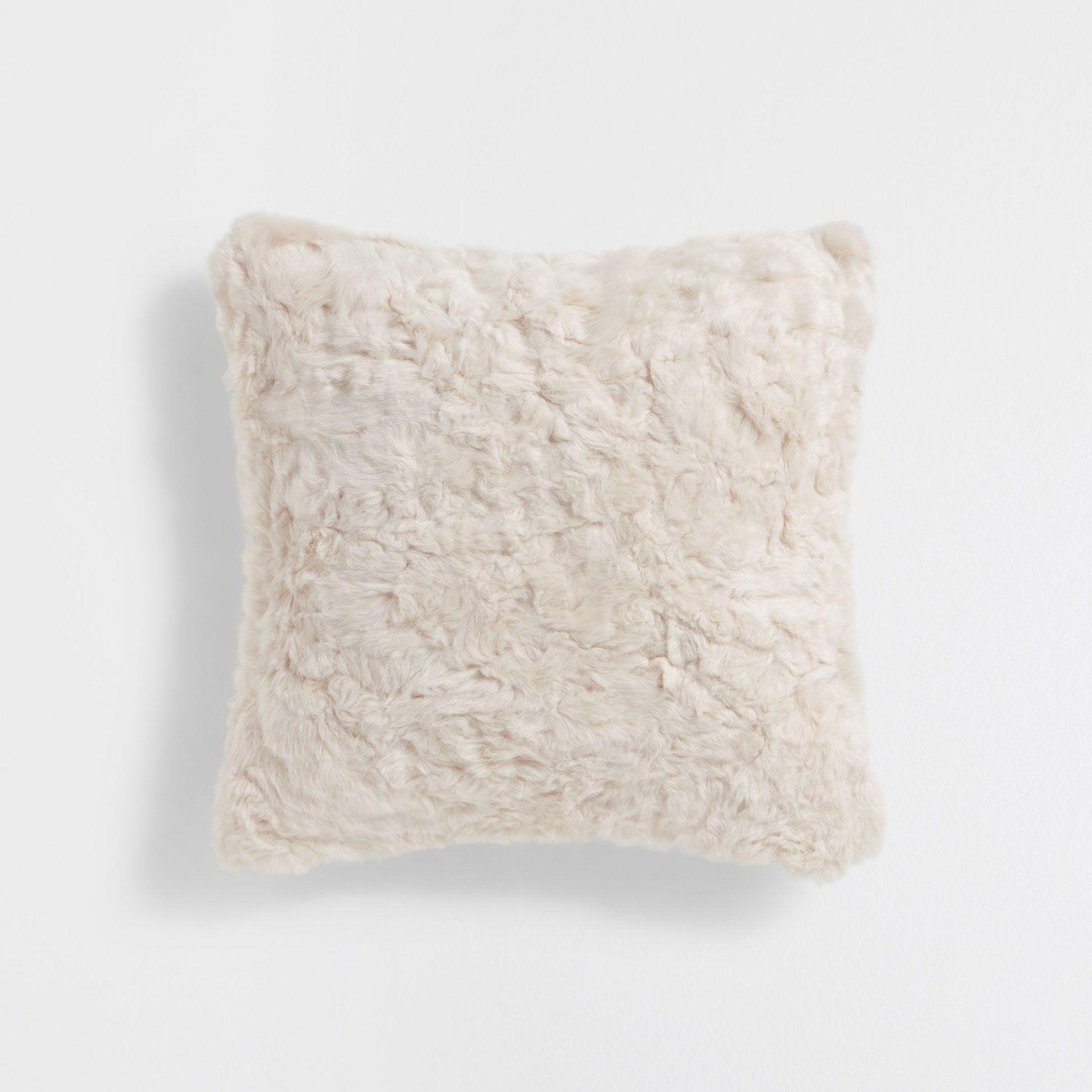 kissenbezug mit fell in beige kissen dekoration home collection zara home deutschland. Black Bedroom Furniture Sets. Home Design Ideas