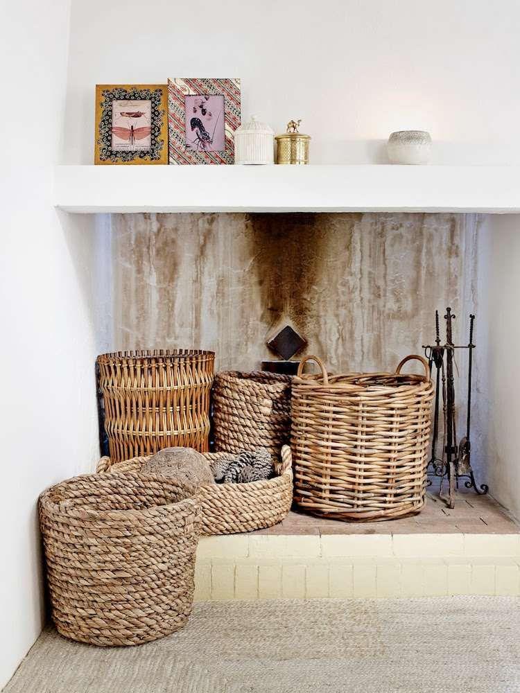 groe weidenkrbe neben dem kamin zur deko stellen - Bcherregal Ideen Neben Kamin