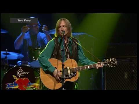 Tom Petty & The Heartbreakers - Learning To Fly (live 2006) The audience participation near the end is one of the standouts of this performance.  The blonde dancing around behind Tom is Stevie Nicks.