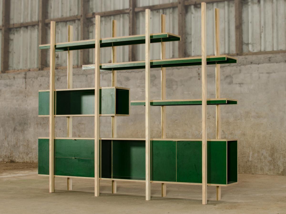 Open boekenkast in groene betonplex, messing en essenhout | Kasten ...