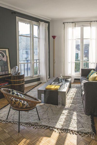 Le salon offre plusieurs vues sur montmartre canapé tapis en laine voilage et