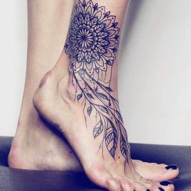 tatouage de femme : tatouage attrape rêve noir et gris sur cheville