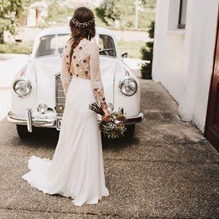 Lorena y su look 100% ella. Fue facilísimo realizar su diseño, se fiaba tanto de nosotras y a la vez, su estilo es tan parecido al mío, que a veces me creía yo la novia!!! El vestido de @helenamareque  es una joya. (Creo que deberíamos exponerlo con la corona para que se pudiesen ver al detalle y detenidamente ambos)  @keisyandrocky #chicasuma #coronasuma #sumacruz #nuestrasnoviaslasmejores #mujeresquesevistenporlacabeza #madeinspain #headpiece #bridalheadpiece
