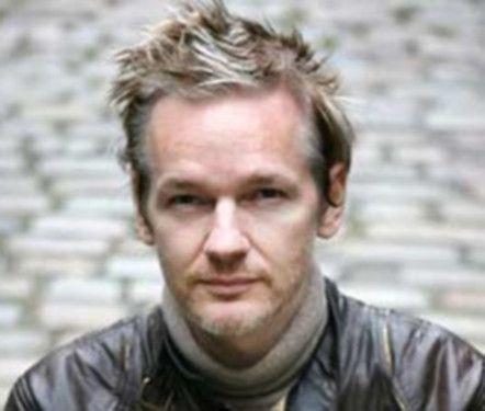 fotos Assange define su tarea, Ecuador espera diálogo con Londres
