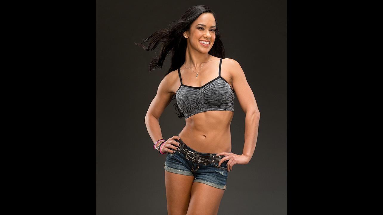 Lors du Raw du 2 septembre Brie affronte Naomi et Natalya dans un triple threat match pour déterminer la challengeuse au titre dAJ Lee mais celleci interrompt le