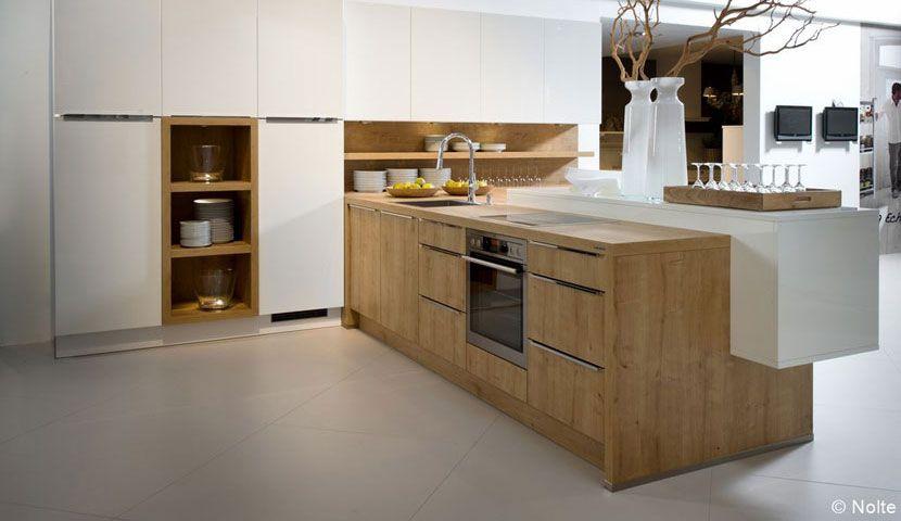 weiße Corian Arbeitsplatten Holz Schrankfronten und Backsteinwand - arbeitsplatte küche massivholz