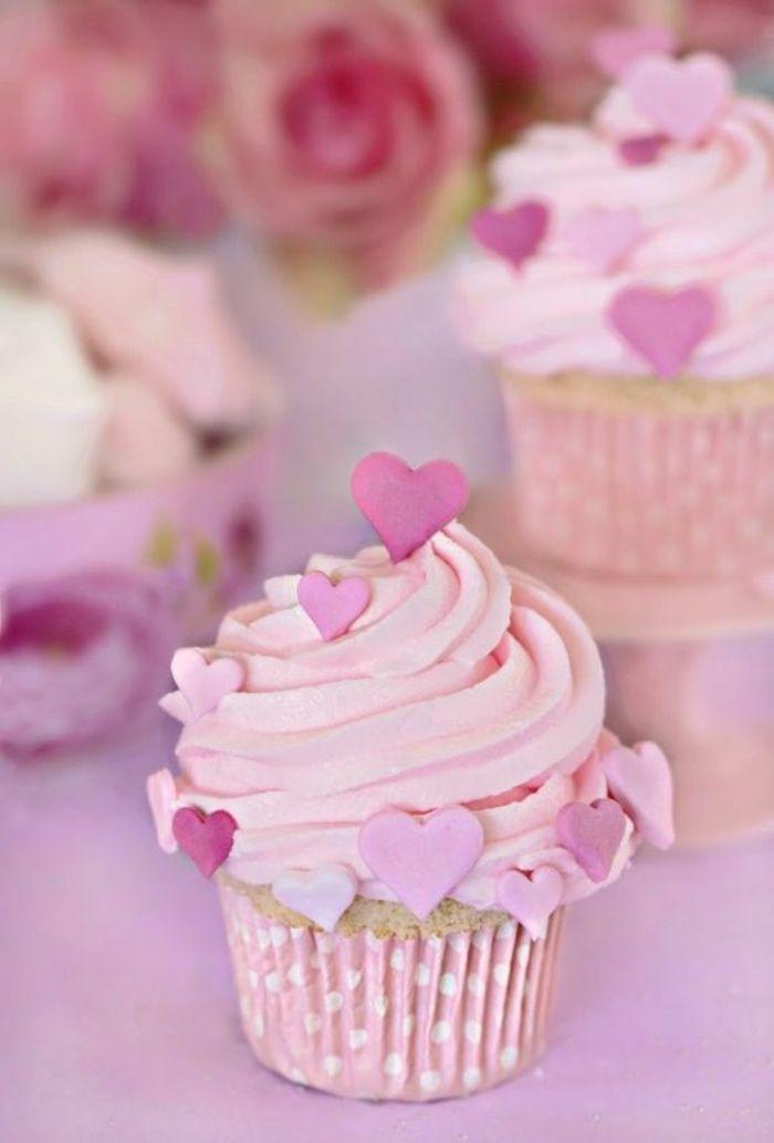 cupcake dekoriert mit rosa herzen aus fondant und sahne