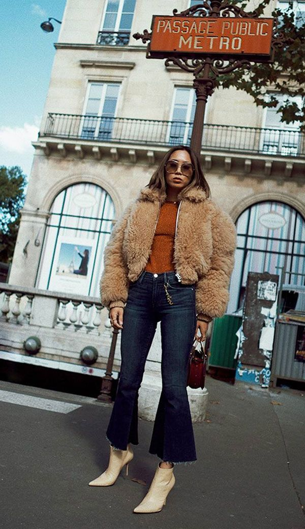 Blusa lisa + casaco de pelo + calça flare cropped + bota: parece elaborado, mas não é! Inove no modelo do jeans com a modelagem flare cropped e invista em um casaco de pelos. Pronto, super fashion sem precisar inventar muito. Aimee Song - blusa-calça-flare-cropped-casaco-pelo-bota - casaco-pelo - inverno - street style