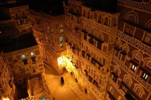 """Juan Carlos Pérez García 2 horas ·  Sana´a, capital de el Yemen, es una de las ciudades mas antiguas de Arabia, situada estratégicamente en la ruta de Aden a La Meca. La tradición indica que fue fundada por Sem, uno de los tres hijos de Noé. Realmente existe evidencia de que ya existía el siglo I. En el siglo II, era la más importante guarnición del Reino de Saba en las tierras altas. El nombre de la ciudad, Sana'a, significa """"plaza fortificada""""."""