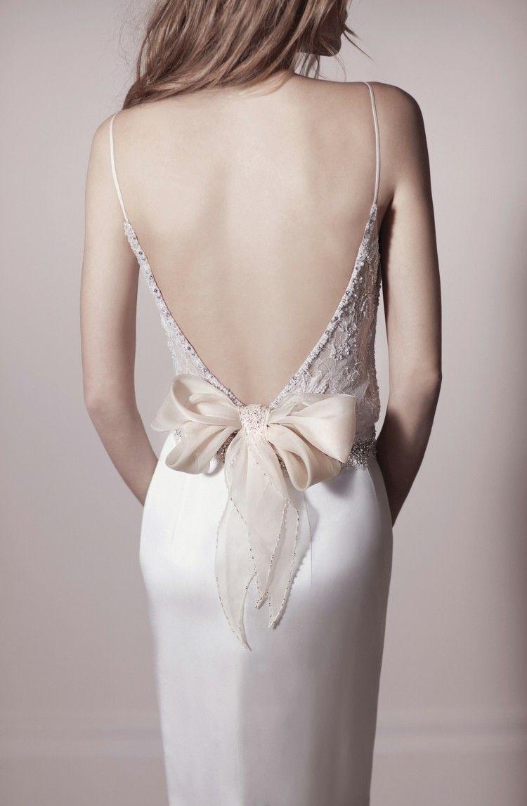Hübsche Brautkleid-Idee mit Schleife und Stickereien im Rücken | be ...