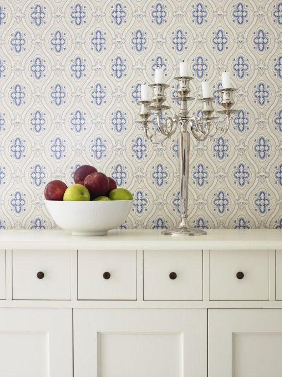 Weiße Möbel werden häufig mit blau-weiß-gemusterten Stoffen oder ...