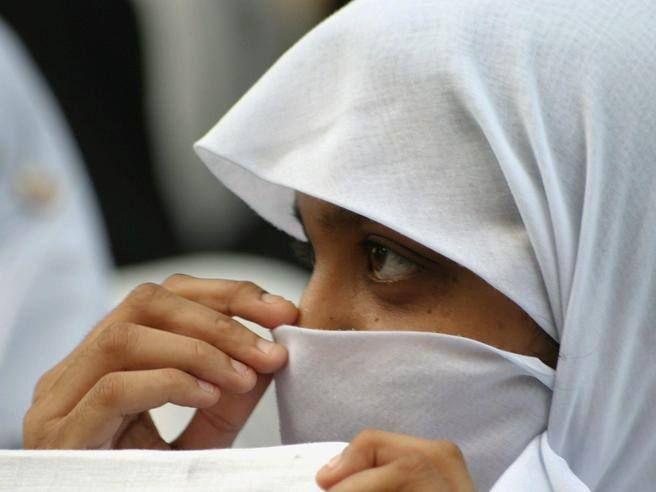 La vicenda della  14enne bolognese, rasata dalla madre perché si rifiutava di portare il velo islamico: una storia che si ripete, e che racconta di conflitti fra generazioni e di quando sui corpi delle donne si gioca lo scontro tra culture