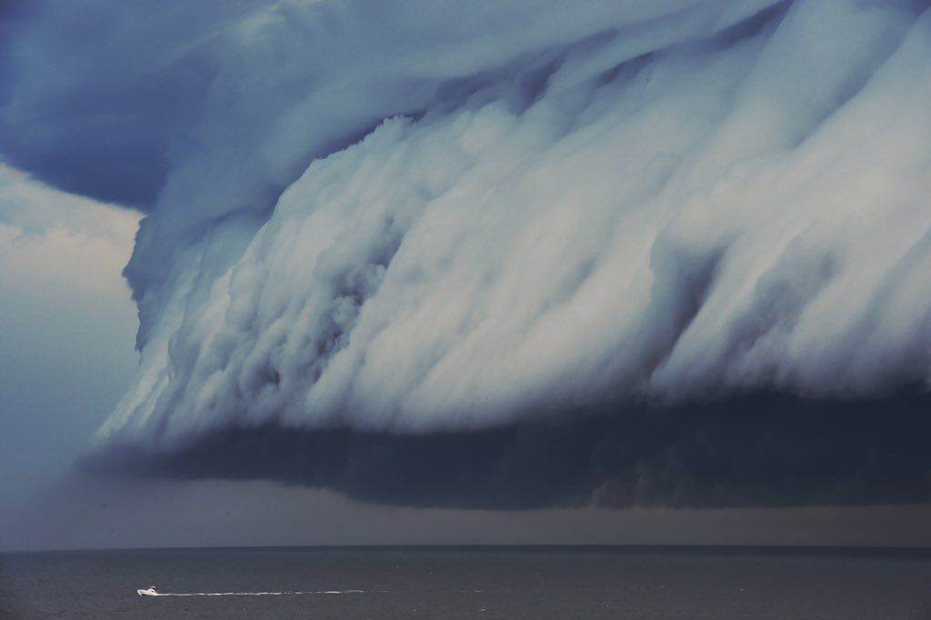 """Nick MoirさんはTwitterを使っています: """"Massive #shelfcloud from a #Sydney #storm moving up the coast line intimidates a tiny boat pic @nampix https://t.co/337cFyBRgj"""""""