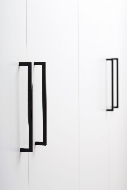 Tirador largo para muebles color negro de ARCON. #tiradorextralargo #tiradorlargo #pullhandle #pullknobs #furniturepulls #blackpulls #negro #tiradornegro #asa #asanegra