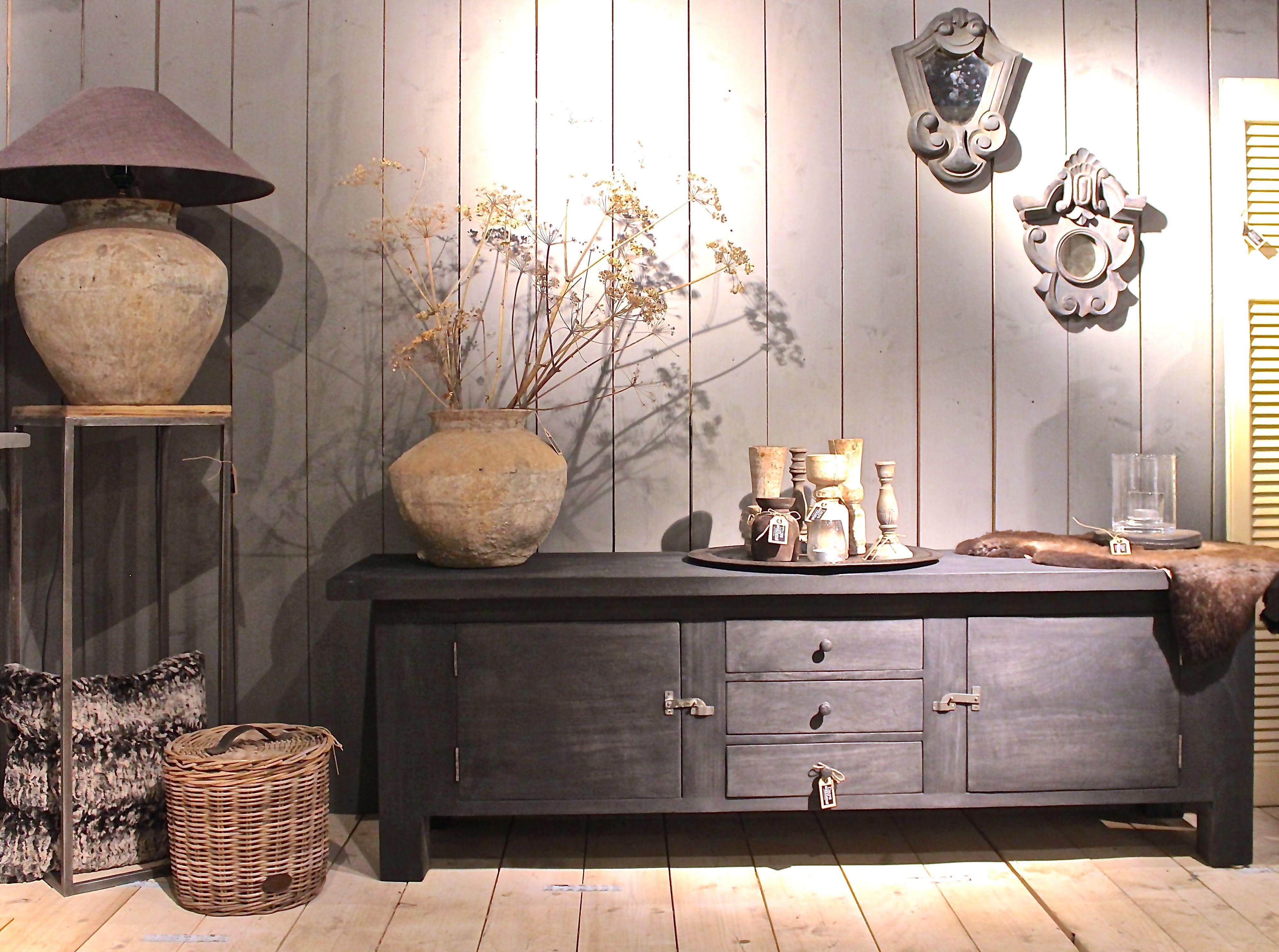 Dressoir sabu van hoffz spiegels kruiklamp kruik for Decoratie op dressoir