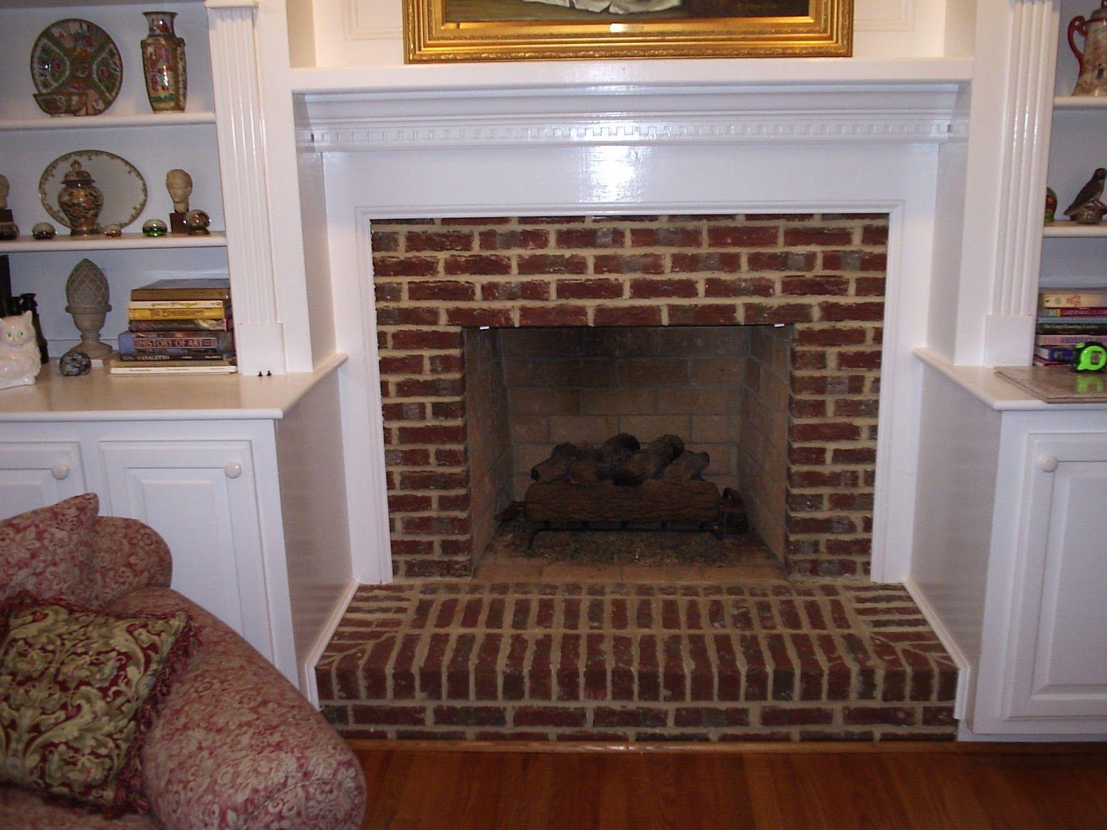 brick fireplace encased in shelving - Moderner Kamin Umgibt Kaminsimse
