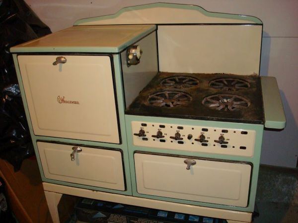 1920s Green And Cream Color Wedgewood Stove I Think My Sister Dolores Had This Stove On St Paul St Cottage Style Kitchen Vintage Appliances Antique Stove