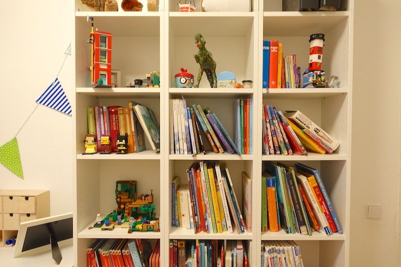 Großes Bücherregal Im Kinderzimmer Mit Platz Für Lego Bauten | Lego Gehört  Ins Kinderzimmer Der