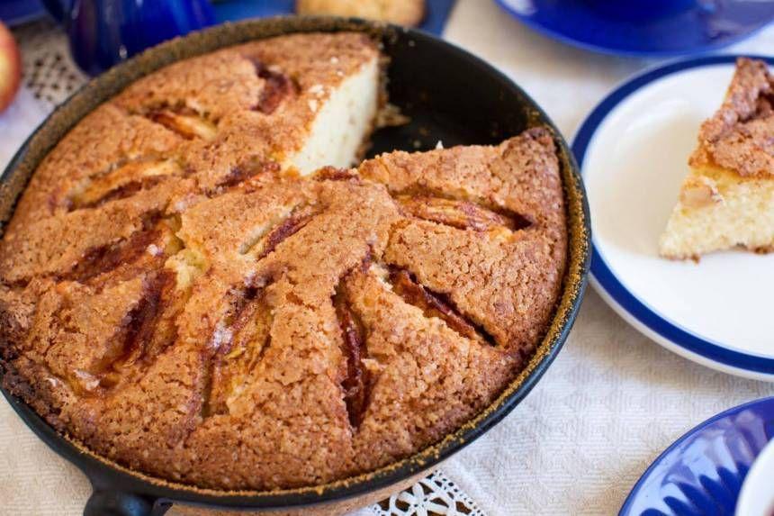äppelkaka med ströbröd och äppelmos