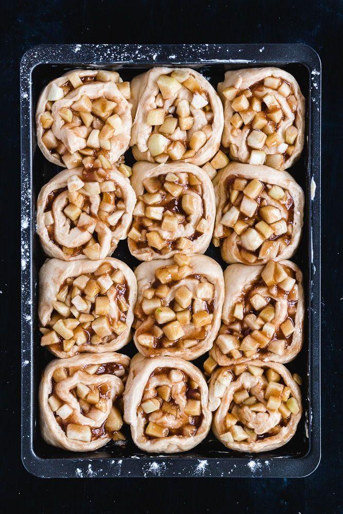 Hefeteigschnecken mit Apfel-Füllung & Karamellsauce #apfelmuffinsrezepte