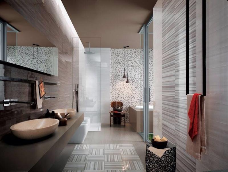 Casa de banho com lavatórios modernos e azulejos com diferentes padrões.