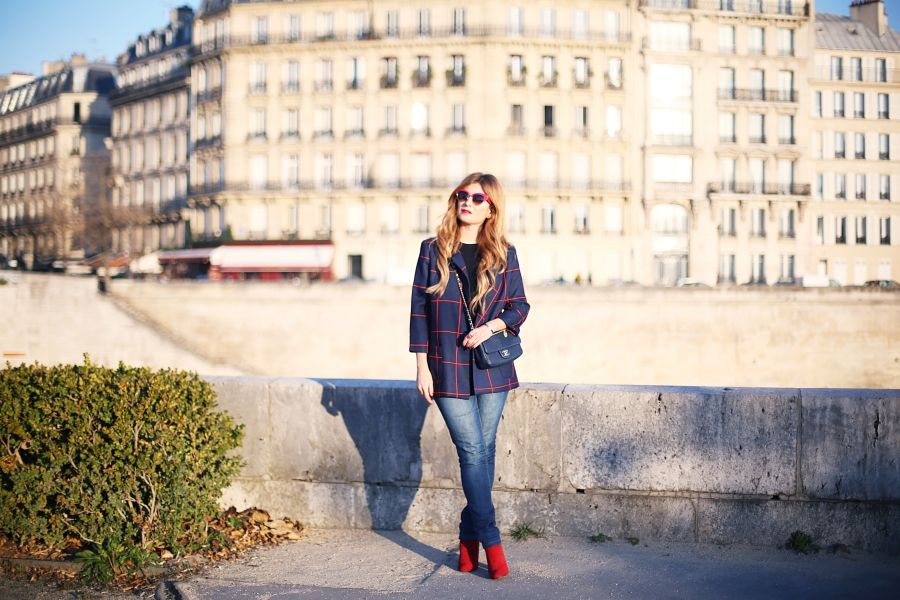 Casual Look. Look con blazer de cuadros y gafas de sol rojas. A trendy life. #casual #chic #trendy #moda #fashion #denim #jeans #chanelbag #blazercuadros #redsunglasses #zara #elcorteingles #chanel #dolce&gabanna #sunglasshut #outfit #fashionblogger #atrendylife www.atrendylifestyle.com