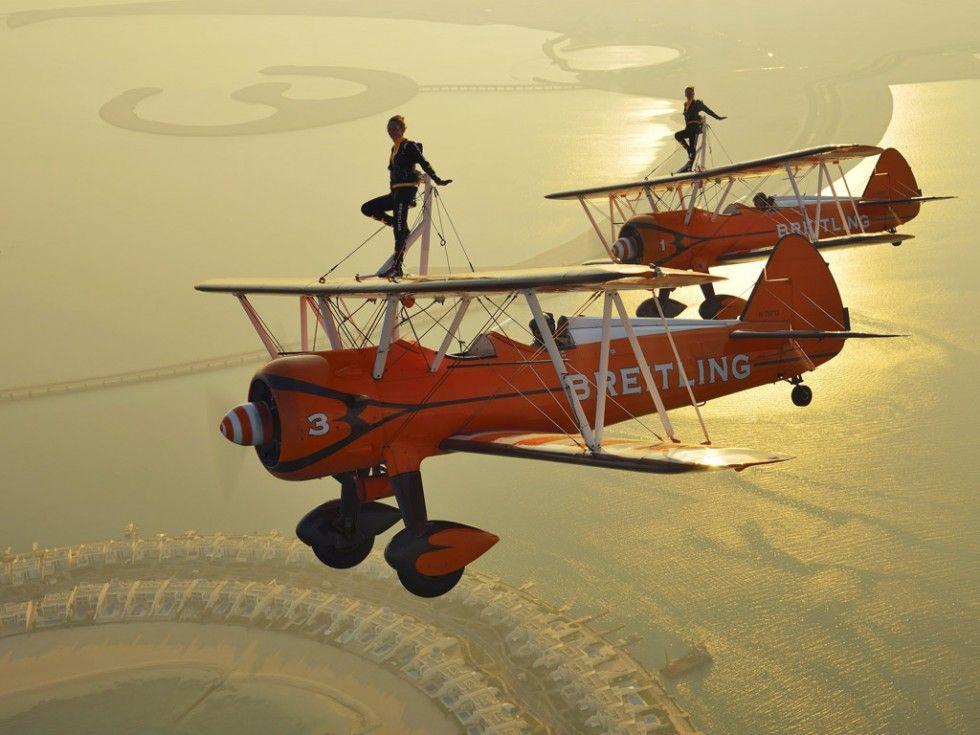 Als onderdeel van de internationale luchtshow in Bahrein vliegen de 'Breitling Wingwalkers' over het zuiden van Bahrein. Deze 'wingwalkers' ...