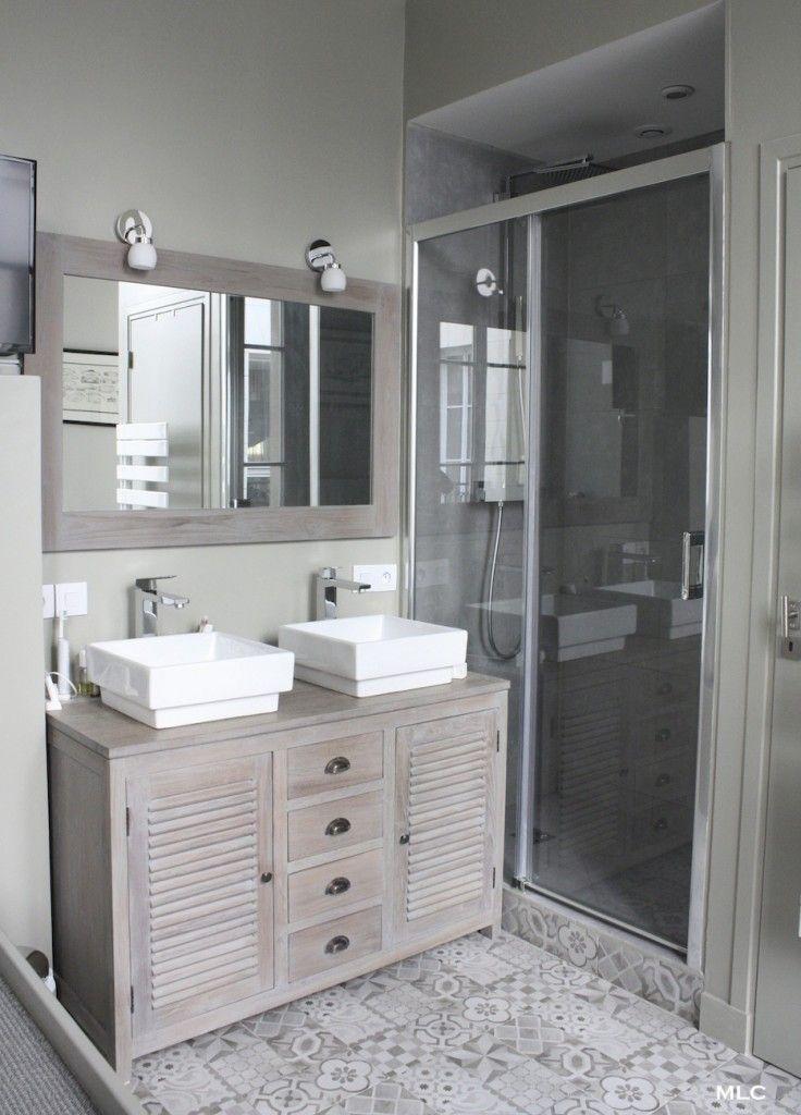Le Shabby Chic Contemporain D Un Appartement Parisien Meuble Salle De Bain Salle De Bain Carrelage Salle De Bain