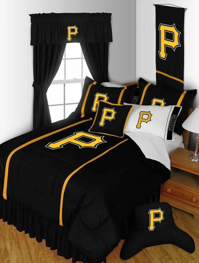 schwarze Vorhänge, schwarze Bettwäsche mit einem gelben Symbol ...