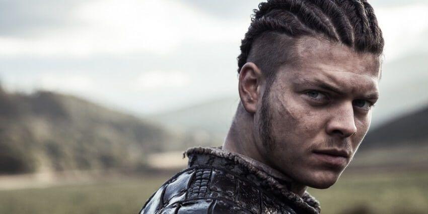 Alex Hogh Andersen incarne Ivar le Désossé dans la série Vikings