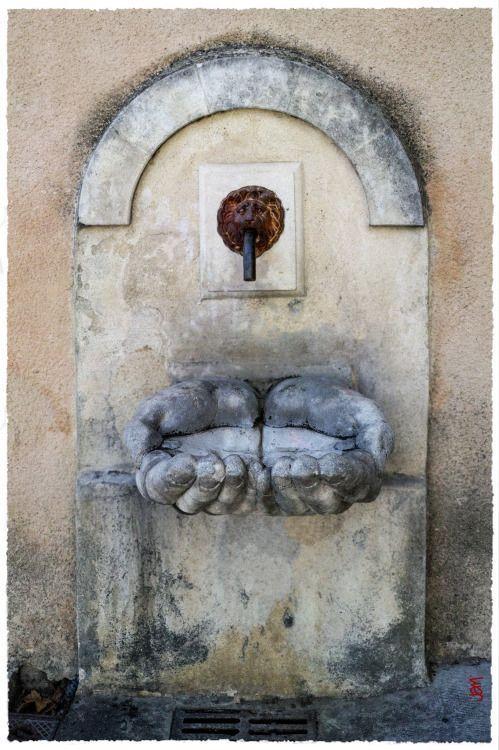 """La """"fontaine aux mains"""", pour le moins atypique, à Cadenet )happybuddhabreathing)"""