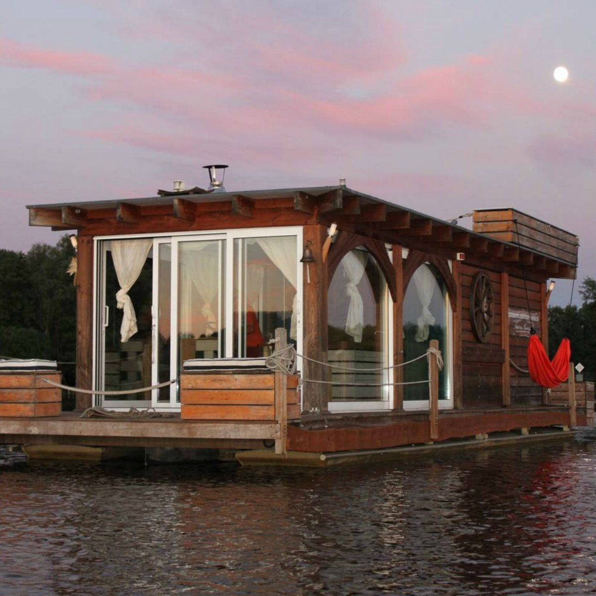 These 50 Airbnb Houseboats Are Like Living In A Floating Tiny House In 2020 Houseboat Living Floating House Tiny House