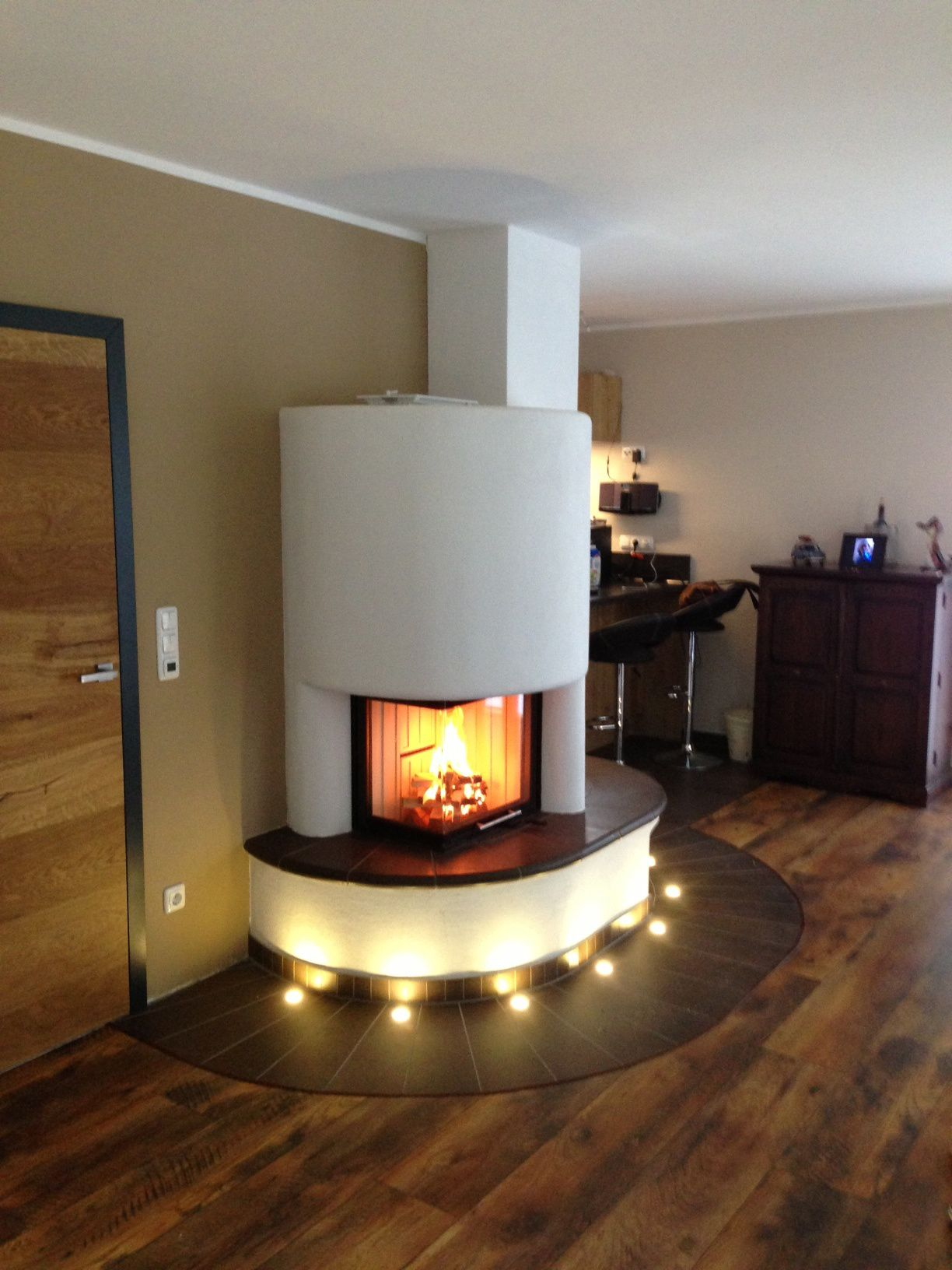heizkamin mit gew lbter scheibe und einer effektvollen lichtleiste der naturstein der. Black Bedroom Furniture Sets. Home Design Ideas