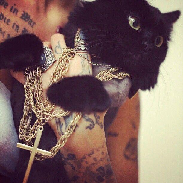 Black kitty | Обложки вог, Идеи для парных тату, Модные снимки