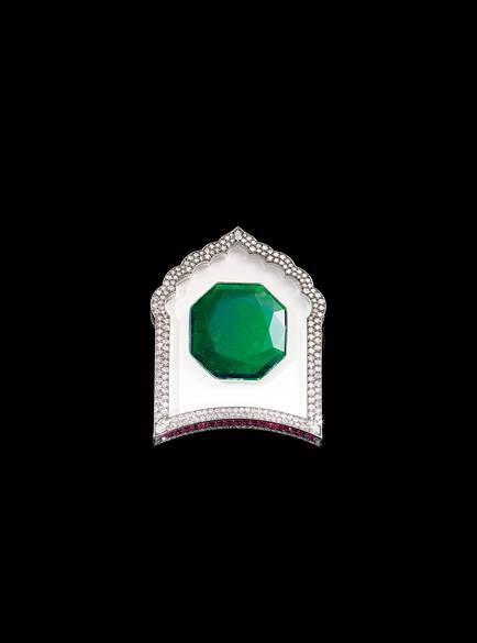 Broche por JAR, 2002. Oro, engastado con esmeraldas, diamantes, rubíes, cristal de roca y ágata blanca