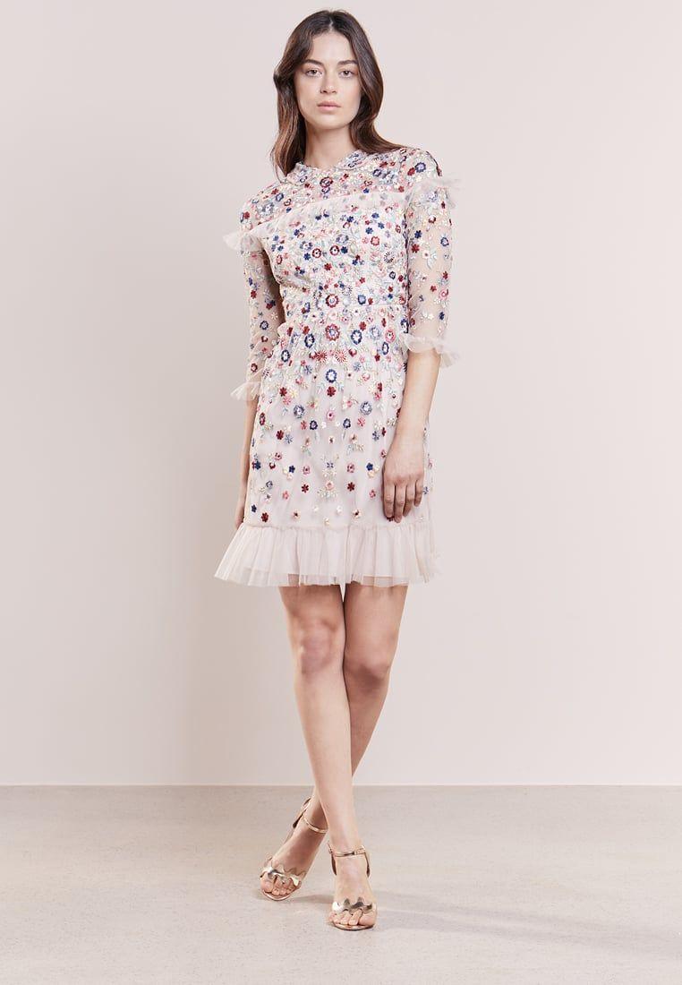 Pin auf Kleid mit (Blumen-)Stickerei auf Tüll bzw. Mesh