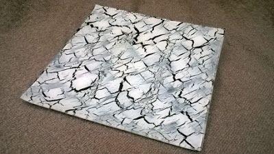 QUADRADES | QUADRADA UN Bandeja vaciabolsillos de cristal decorada con craquelado blanco, fondo negro y acabado barniz protector.