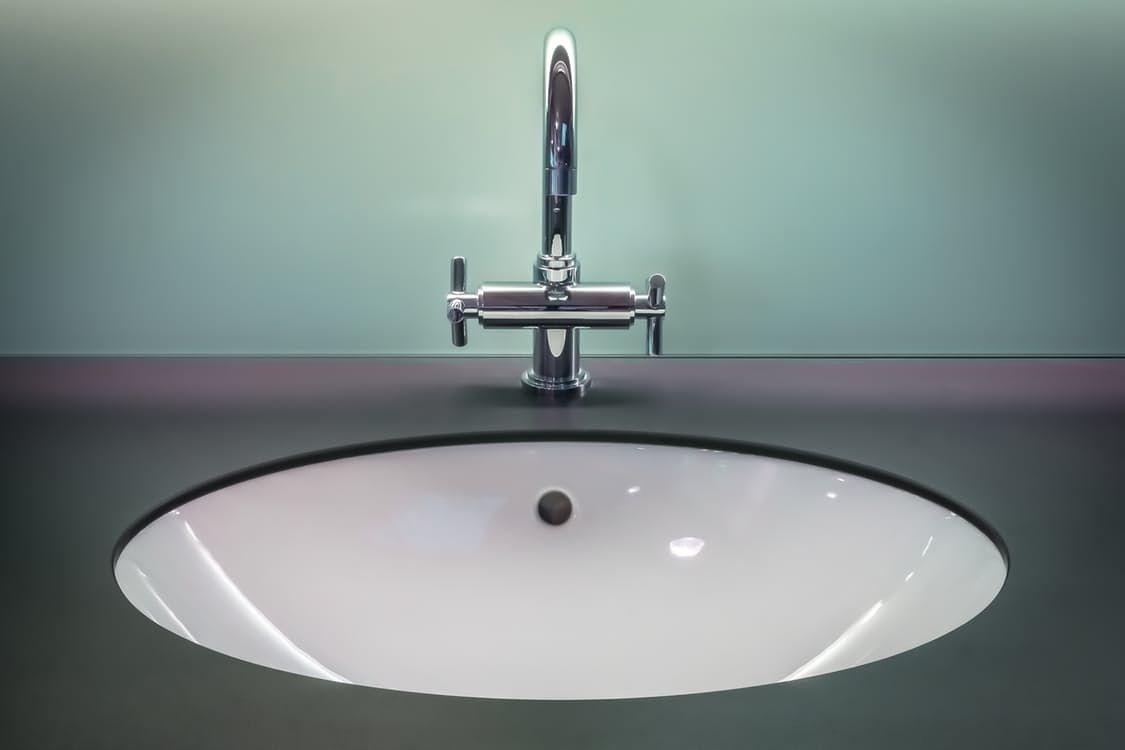 Badkamer schoonmaken: deze tips zijn het proberen waard - Huishouden ...
