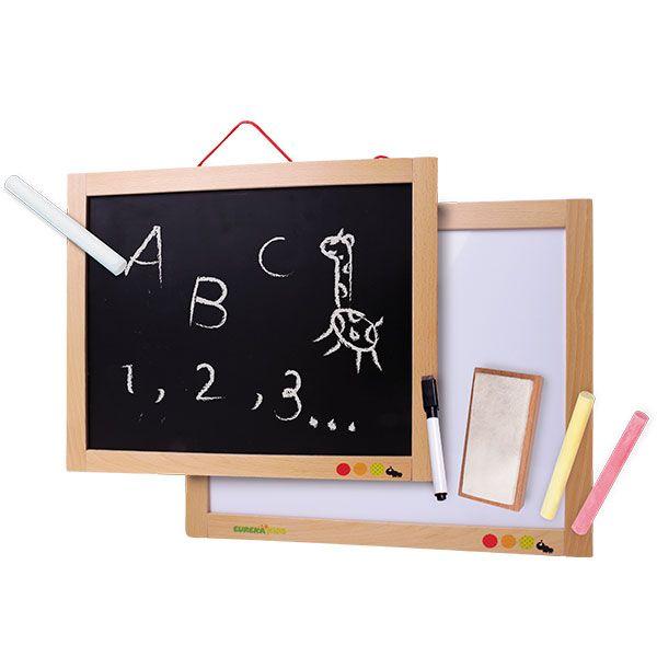 La pizarra de pared de Eurekakids se puede usar de 2 modos: por un lado, es una pizarra para escribir o dibujar con tizas, y por el otro, se puede usar con rotuladores borrables o bien para pegar letras, números, formas...que estén imantadas.