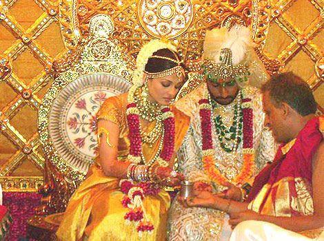 The Glamorous Aishwarya Rai Bachan Looking Ethereal In Her Golden Wedding Saree Bollywood Bridal Bollywood Wedding Expensive Wedding Dress